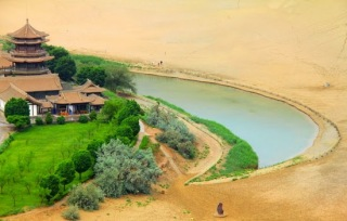 Lake of the Crescent Moon http://www.inspired-tours.com/2015/01/the-crescent-moon-lake-in-dunhuang-china.html